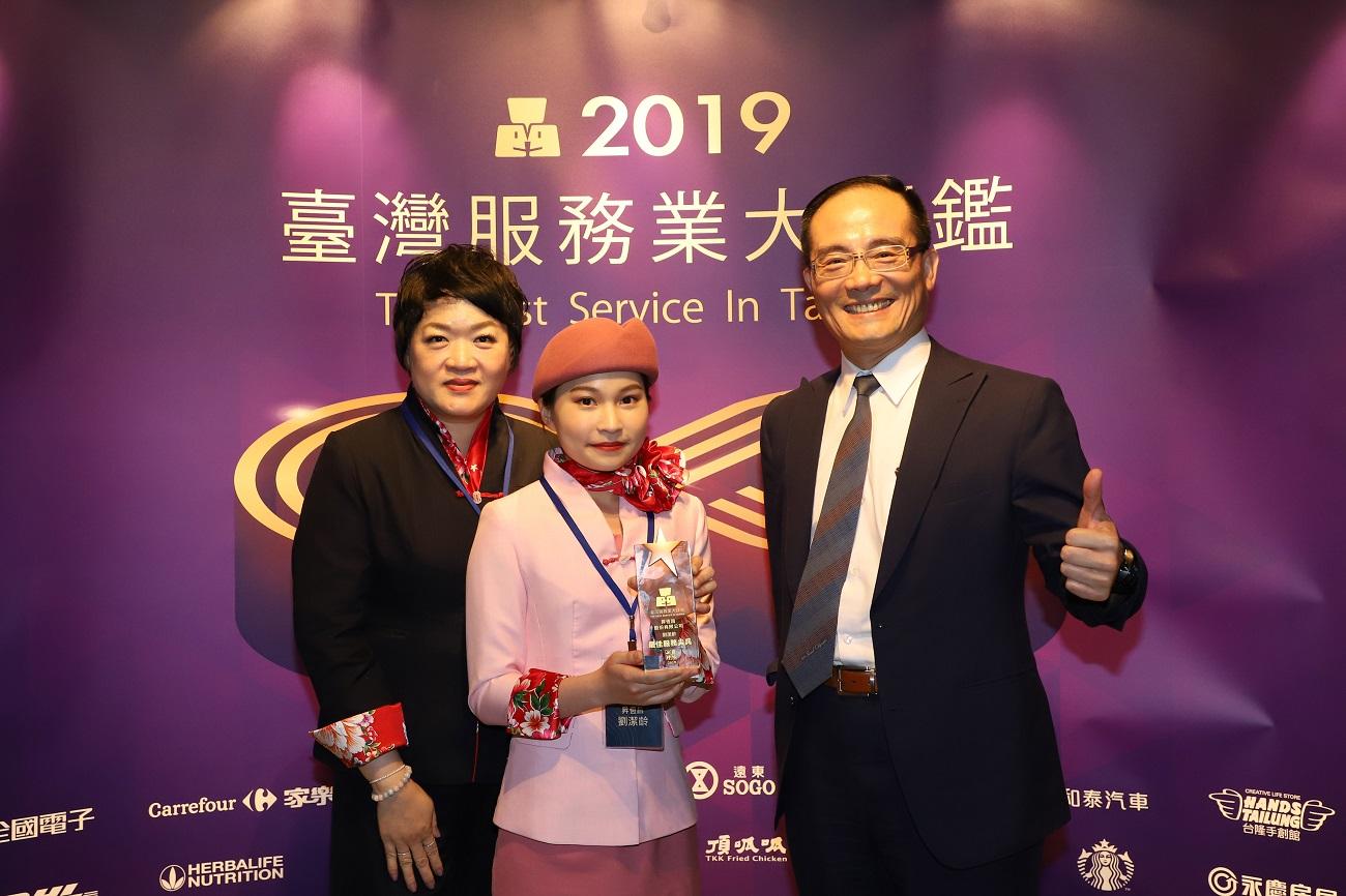 昇恆昌在金門金湖廣場的服務員劉潔齡 獲頒「服務尖兵獎」的殊榮