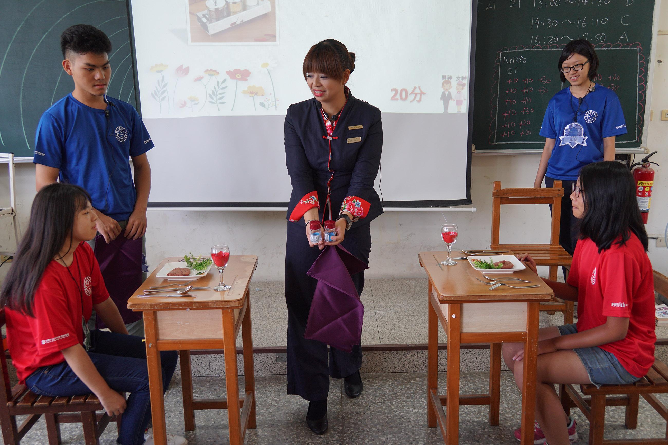 昇恆昌免稅商店志工化身專業講師,教導學員國際禮儀課程