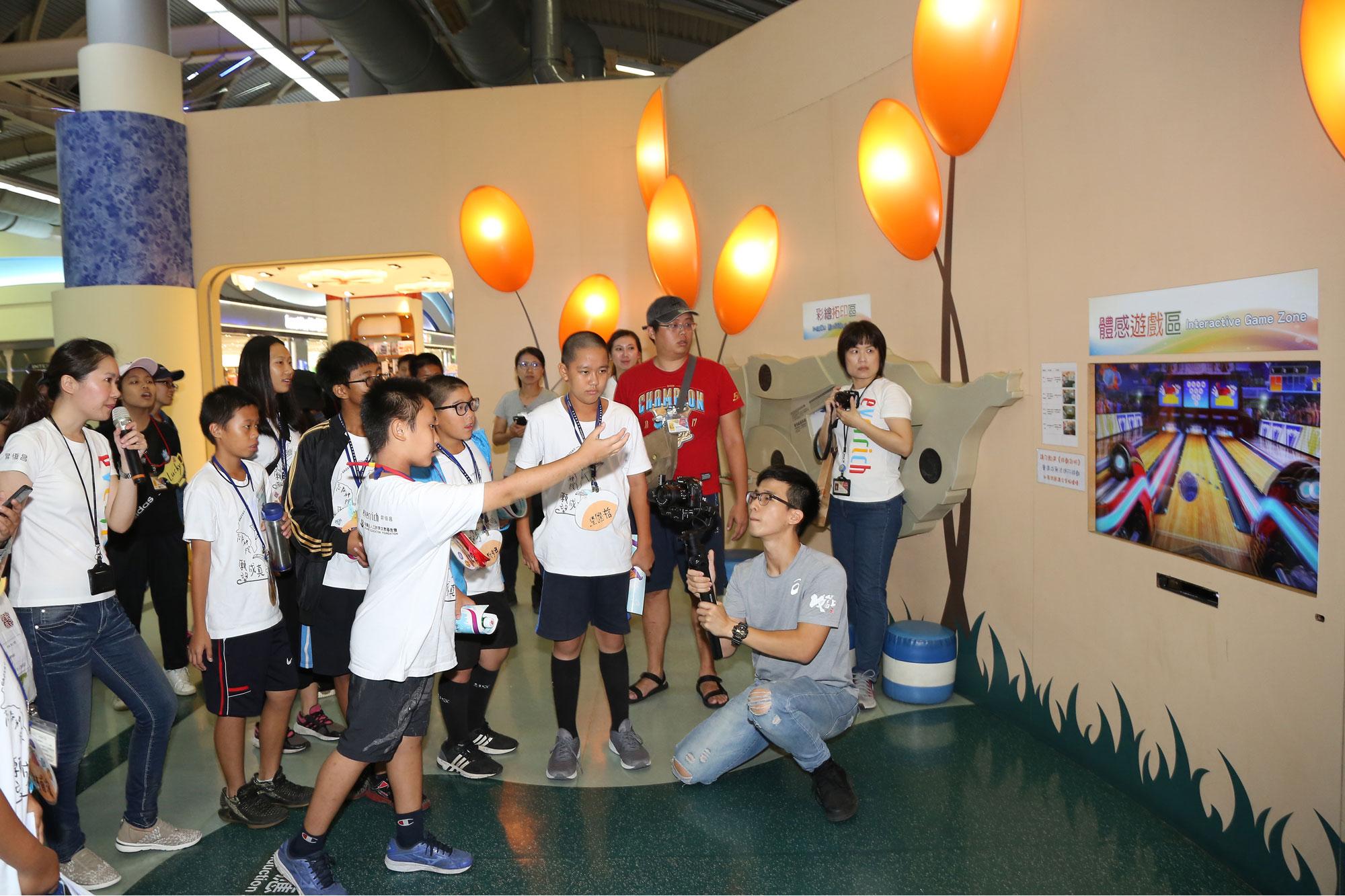 營隊第四天來到機場參訪,學員體驗機場智慧體感遊戲區