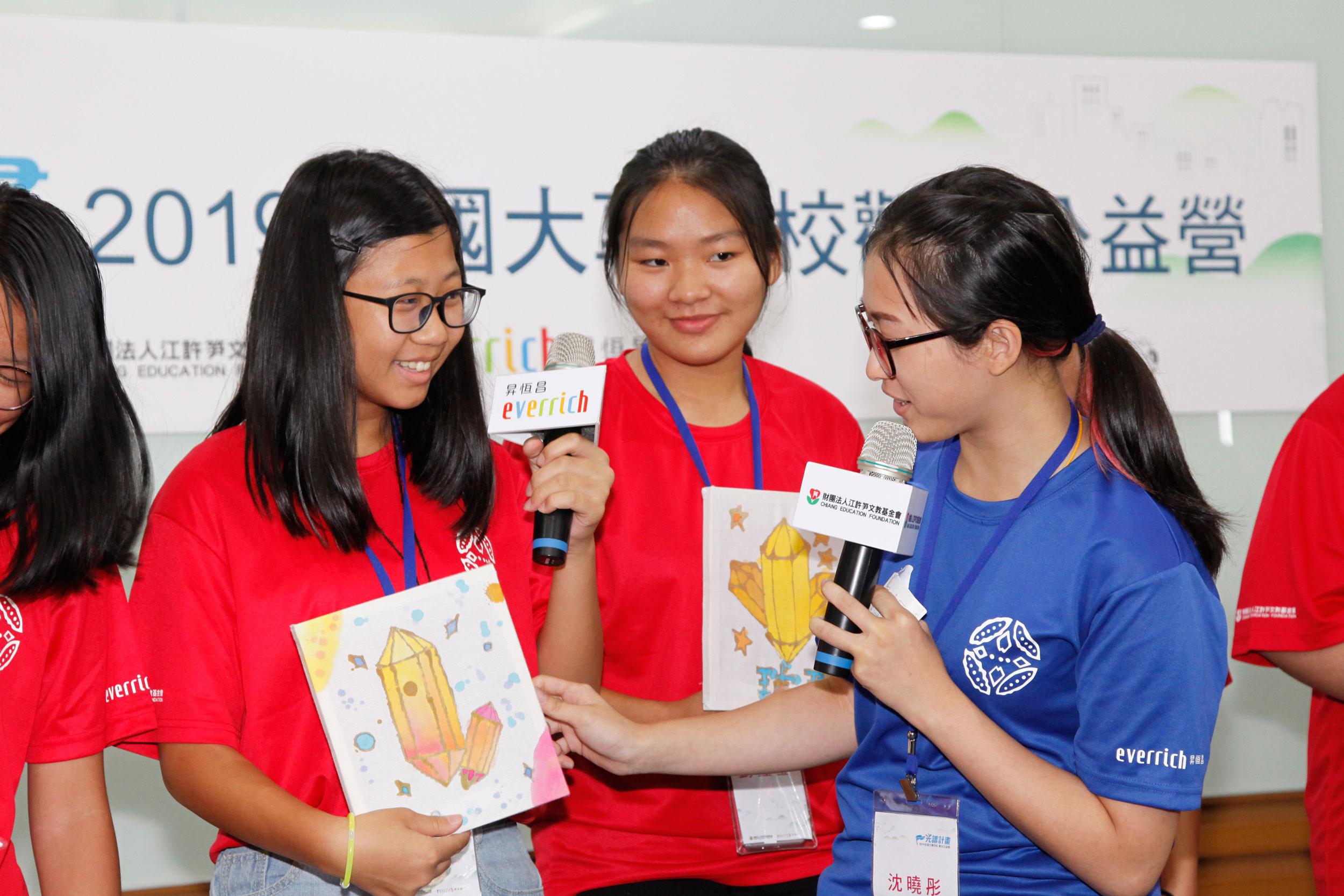 結業式成果發表,學員展示東南亞豔麗的蠟染作品